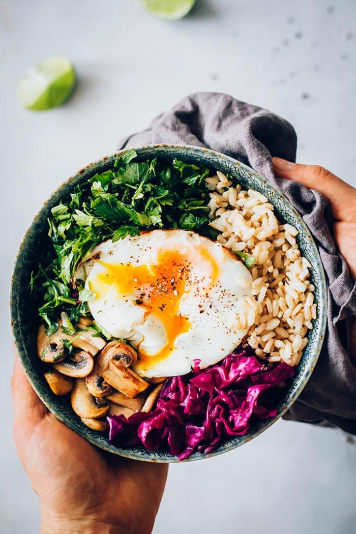 ausgewogene gesunde ernährung rezepte mit sauerkraut salat bowl mit ei reis pilzen petersilie vitamin boost essen