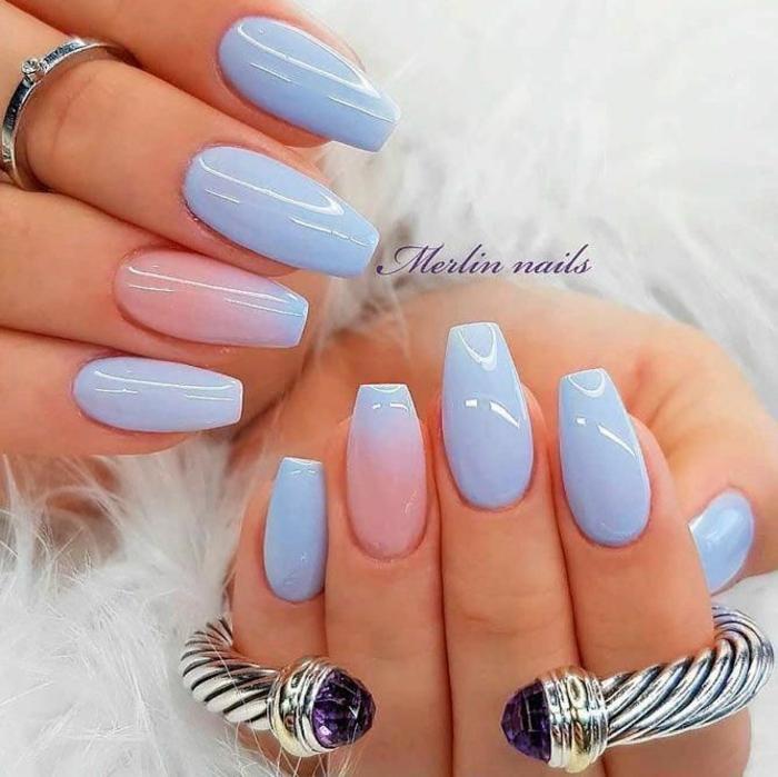 baby pink und baby blue nagellack gelnägel ombre fließend schönes armband und rind flauschige weiße jacke