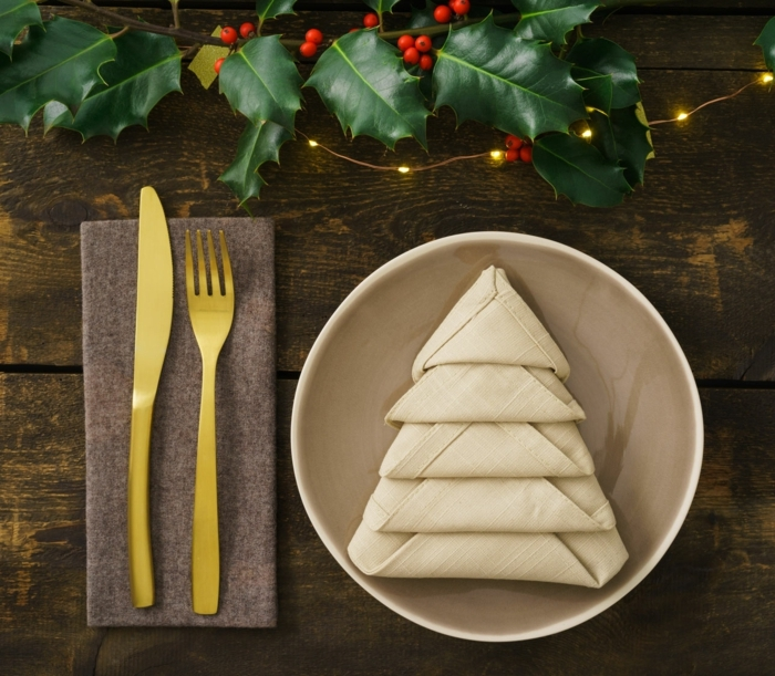bastelideen weihnachten einfach tischdeko in gold und grün licherkette servietten falten goldenes geschirr
