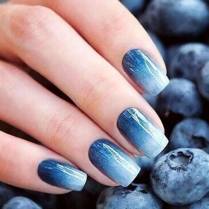 blaubeere negelform squoval ombre nails helle und dunkle blaue töne kreatives nageldesign