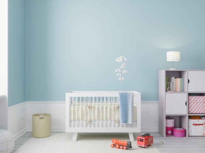blaue wand ein babybett im babyzimmer