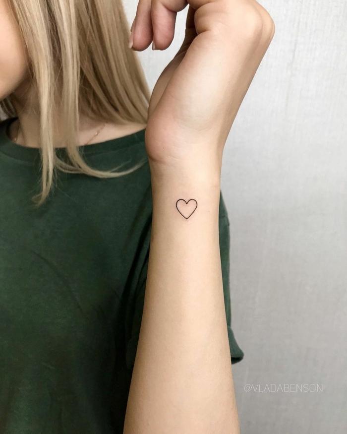 blonde frau grünes t shirt kleine tattoos handgelenk herz tatoo ideen