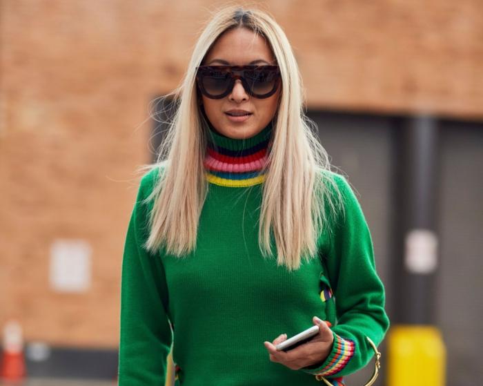 blonde haare einer länge grüner pullover langhaar frisur ideen dame mit schwarzen sonnenbrillen
