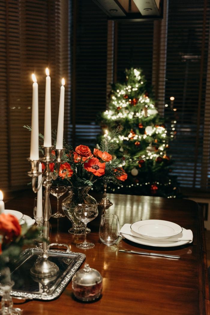 blumensträuße weihnachten mohnblume rosen tischdeko tannenbaum teller holztisch