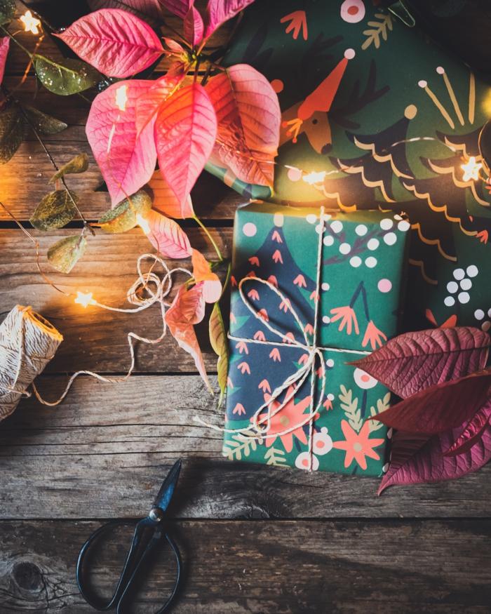 blumensträuße zu weihnachten ideen weihnachtsstern tisch geschenk grüne packung tannenzapfen