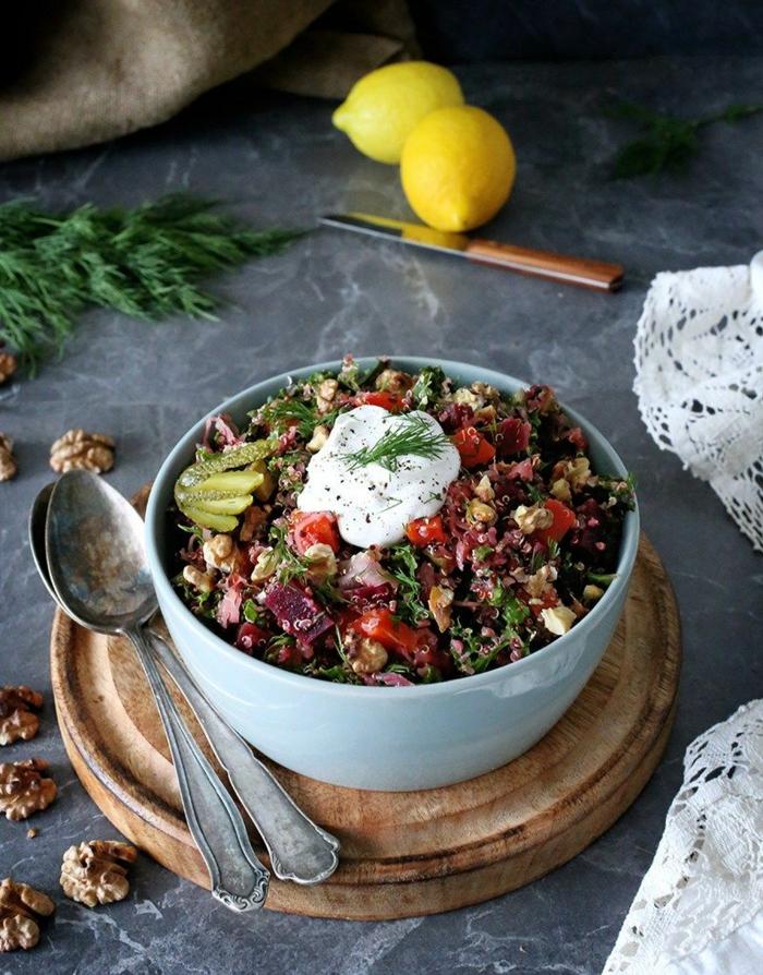 bowl mit quinoa möhren gurken tomaten sauerkraut zubereiten rezept ideen gesunde ernährung jeden tag zwei zitronen holzplatte