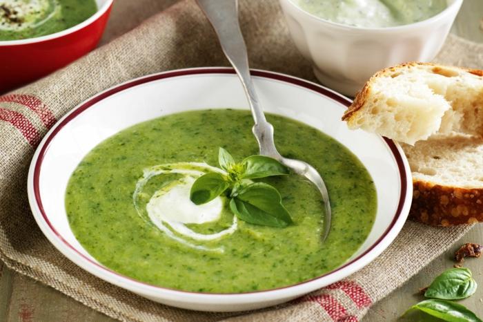 brot und ein löffel petersilienwurzelsuppe rezept frische petersile eine grüne suppe mit sahne