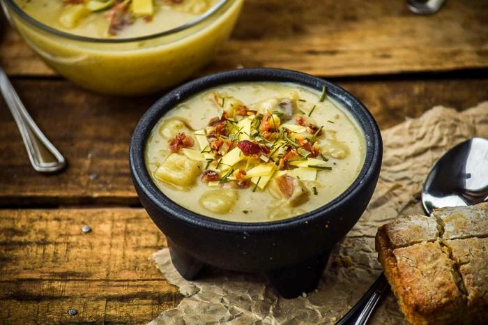 brot und ein löffel eine schüssel mit gelber suppe mot speck meerrettich rezept