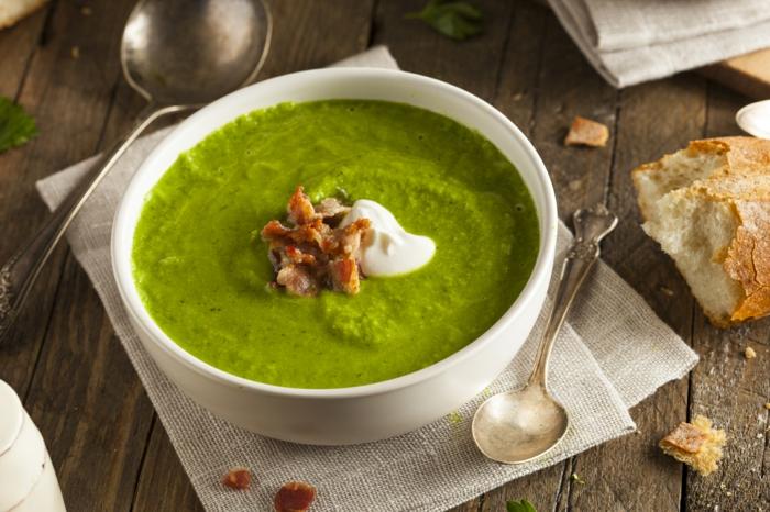 brot und eine grüne suppe petersilienwurzelsuppe rezept petersilienwurzelsuppe mot garnelen ein tisch aus holz