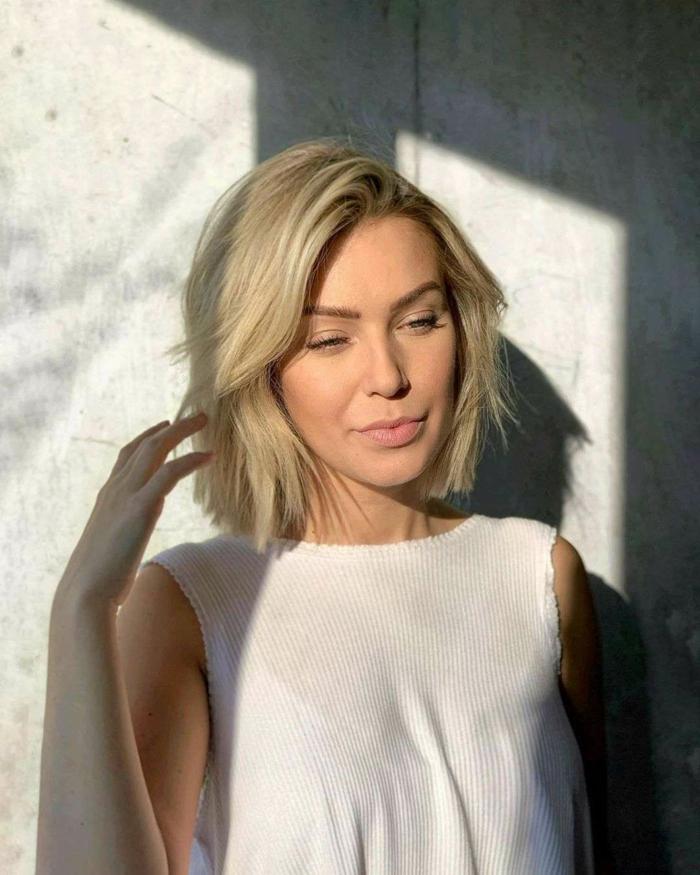 casual style gestuft bob frisuren damen 2020 inspiration kurze blonde haare frau im weißen top trendfrisuren 2020