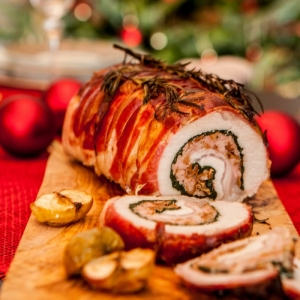 chefkoch weihnachtsessen rezepte schweinfleisch rollade in prosciutto gerollt scheiben holzbrett