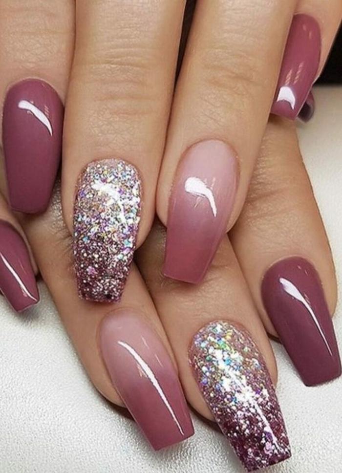 coole maniküre inspo glitter ombre nails lange eckige fingernägel verschiedene nagellackfarben fließend