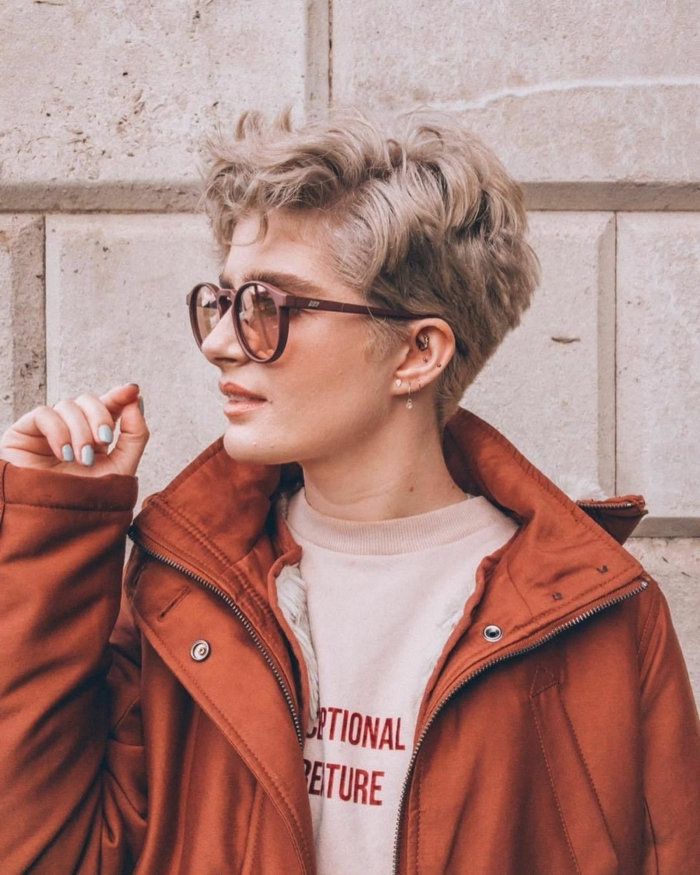 coole pfiffige kurzhaarfrisuren frauen frech kurze blonde haare casual street style inspiration jacke fliesenrot schicke sonnenbrillen