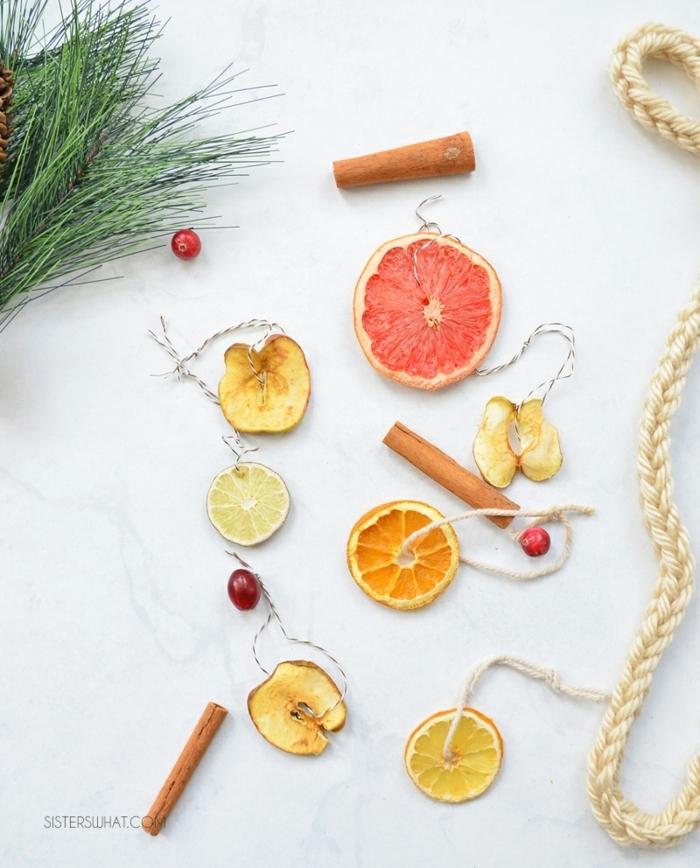 deko ideen weihnachten girlande aus zitronenfrüchten orangenschieben grapefruitscheiben zitronenscheiben und zimtstangen