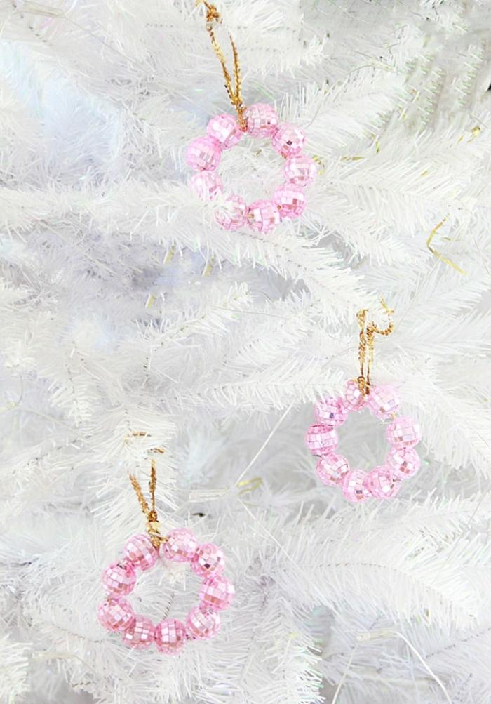 deko ideen weihnachten rosa diskobällchen diy bastelideen weihnachtsdeko in weiß und rosa chritstbaum schmücken
