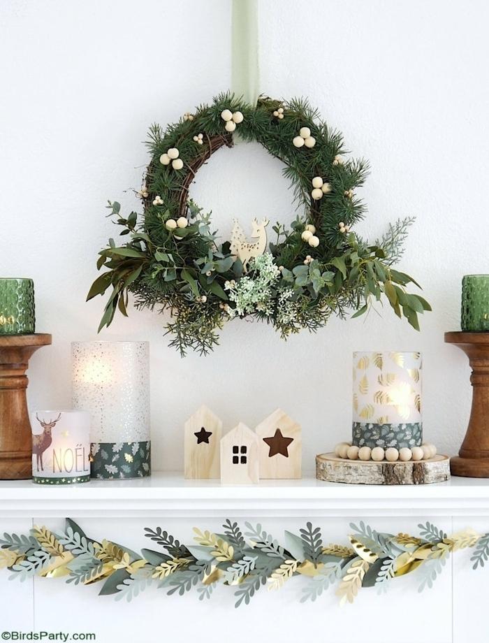 deko ideen weihnachten selbstgemachter weihnachtskranz aus natürlichen materialien kleine figuren girlande aus papierblättern