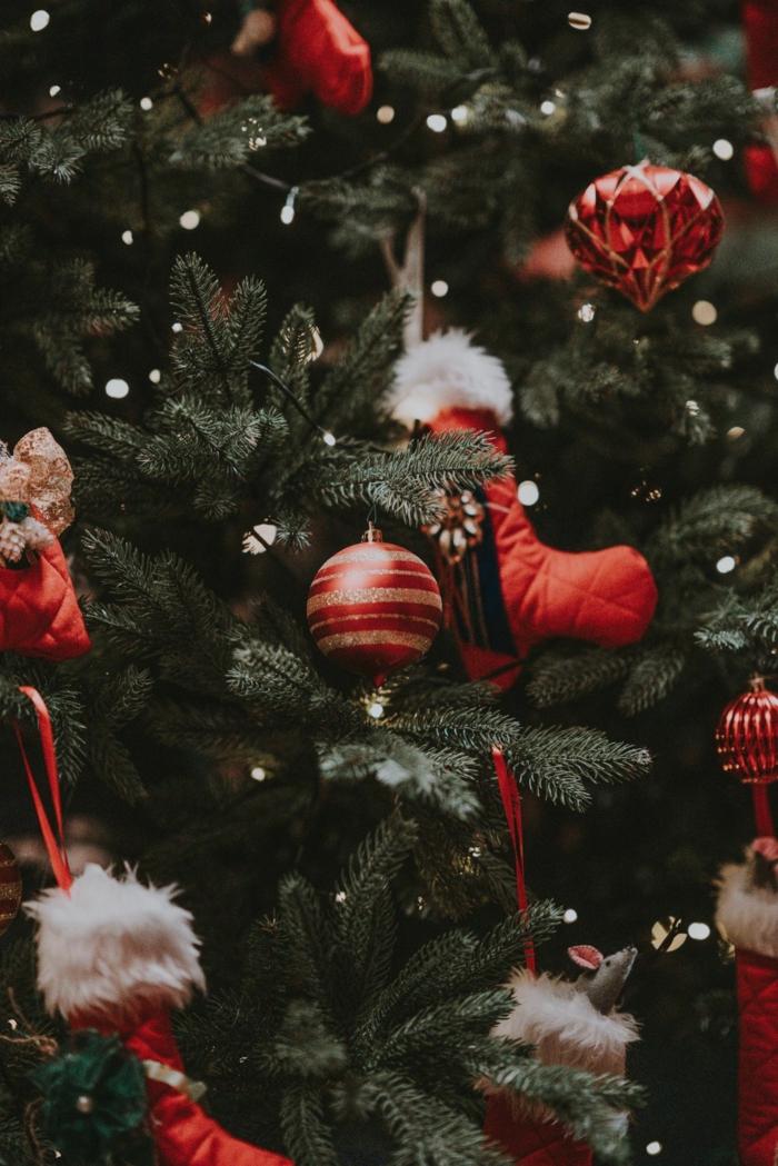 dekoration weihnachtsbaum rote weihnachtskugeln kleine nikolausstiefel lichterketten süße weihnachtsbilder hintergrund handy