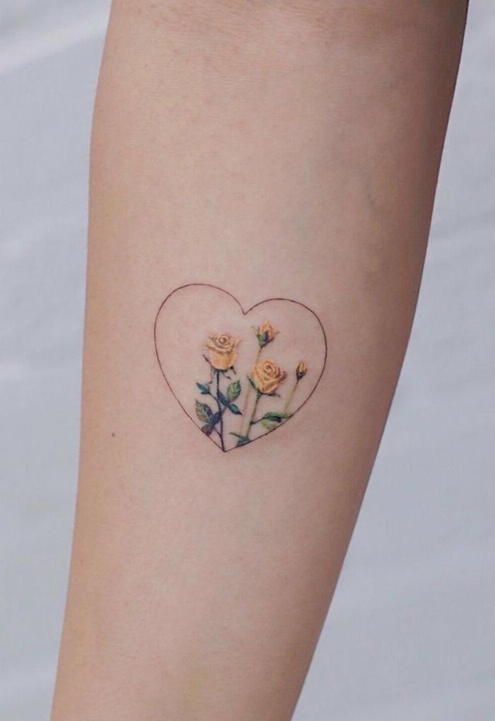 dezentes design tätowierung tattoos mit bedeutung herz mit gelben rosen handgelenk inspiration