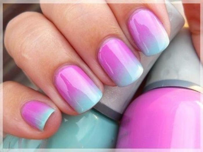 diy nägel pink und blaue nagelfarbe gelnägel ballerina ombre kreative ideen und inspiration hand hält nagellack