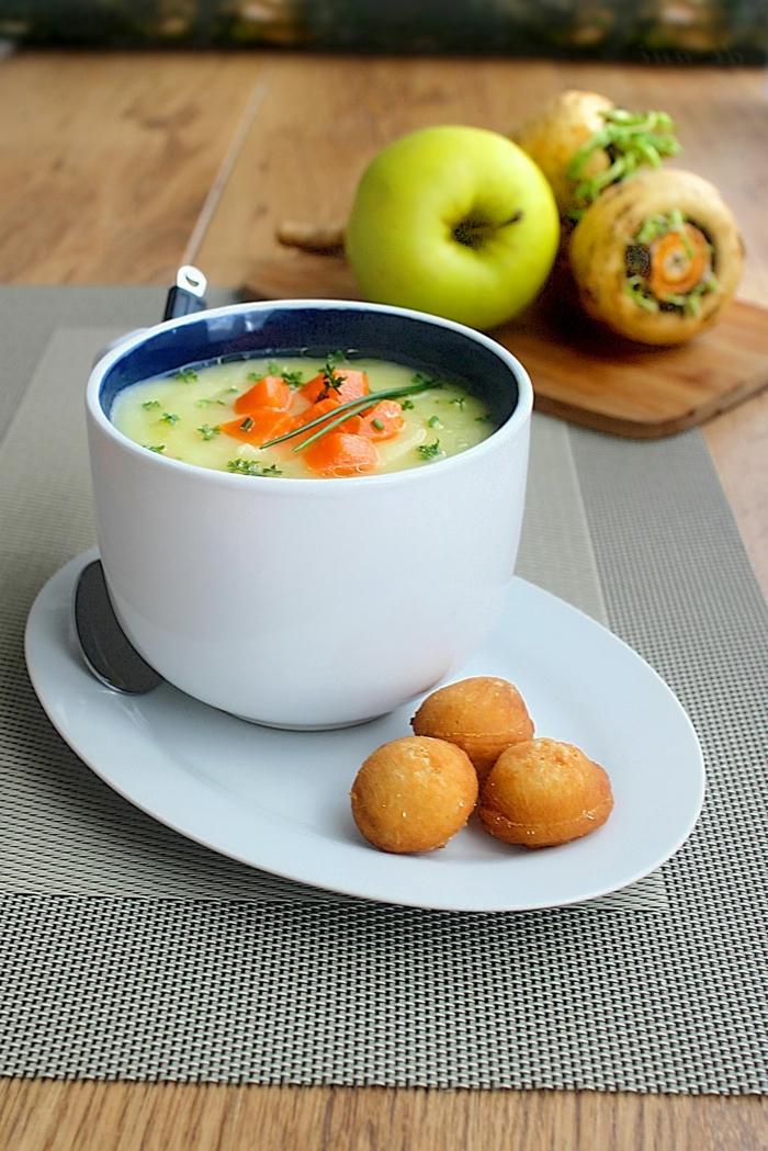 ein brett aus holz grüne üpfel meerrettich rezept für eine meerrettich suppe eine schüssel mit suppe mit äpfeln
