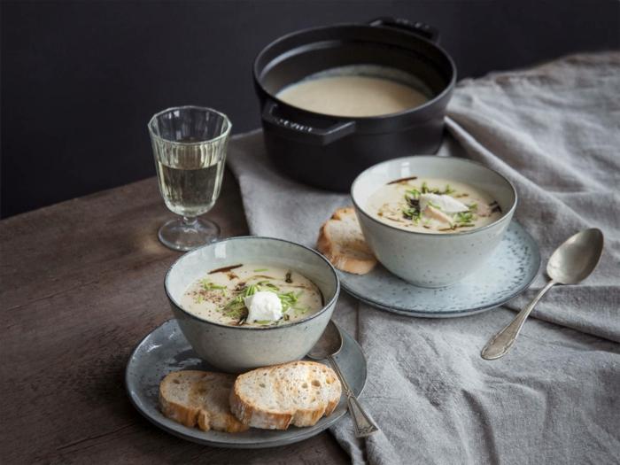 ein tpöf mit suppe und ein löffel eine schüssel meerrettich rezept für eine meerrettich suppe mit froschen kräutern