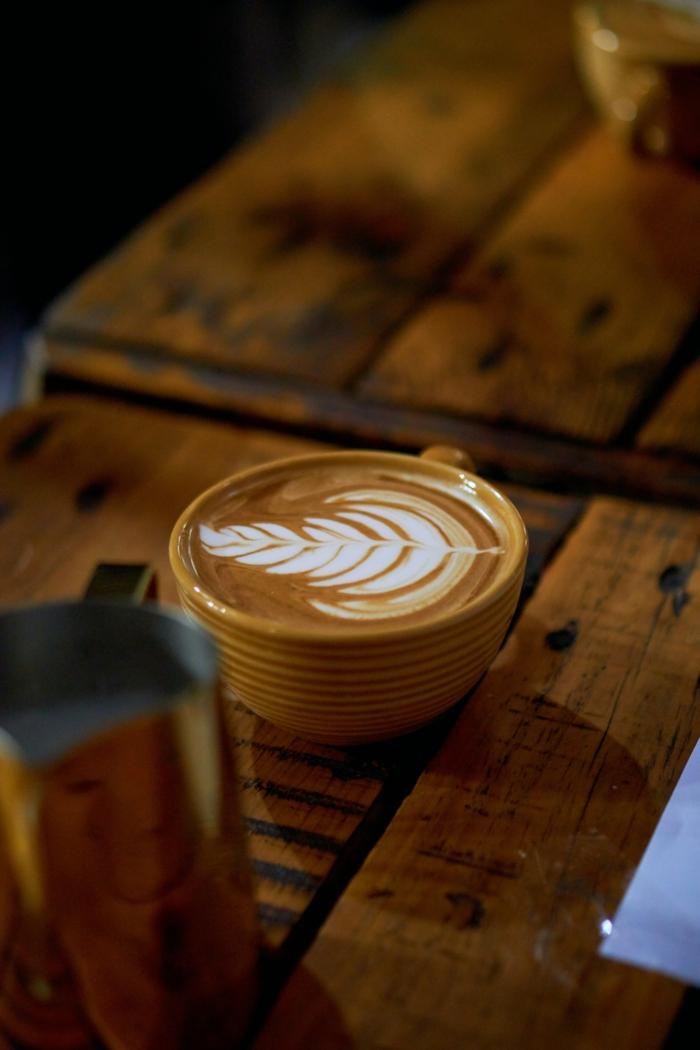 eine tasse kaffee mit sahne kaffeekapseln
