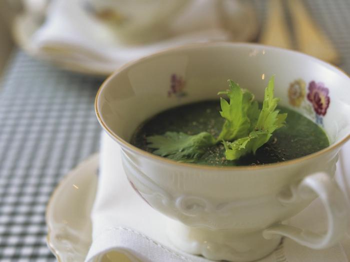eine weiße tasse mit grüner suppe mit petersilie und kartoffeln immunsystem stärken