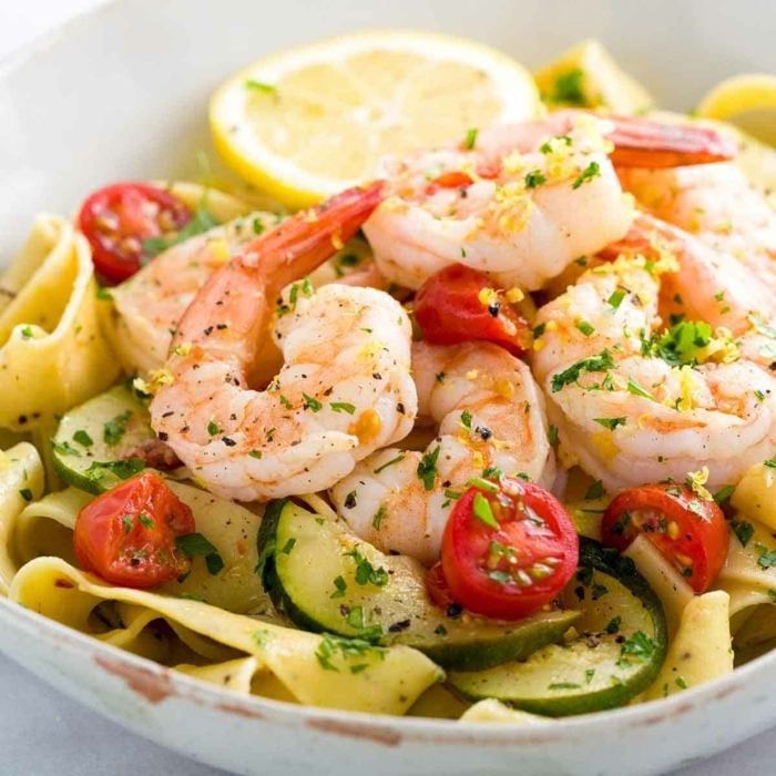 einfache pasta rezepte salat mit tagliatelle garnelen gurken cherry tomaten und kräutern