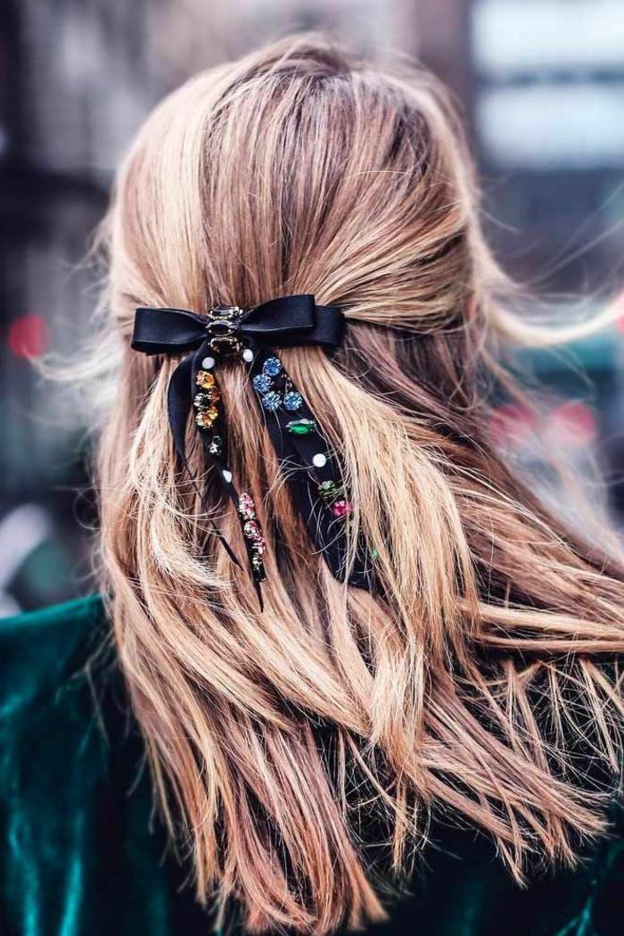 elegante haaraccesoires schwarze schleife langhaar frisur hellbraune haare grüne elegante jacke