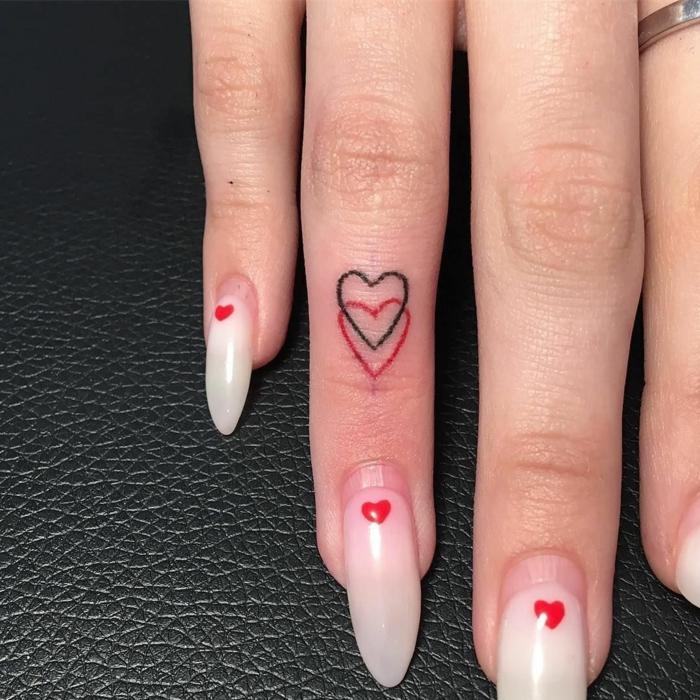 elegante maniküre coole kleine tattoos für frauen zwei kleine herzen am ringfinger schwarz und rot