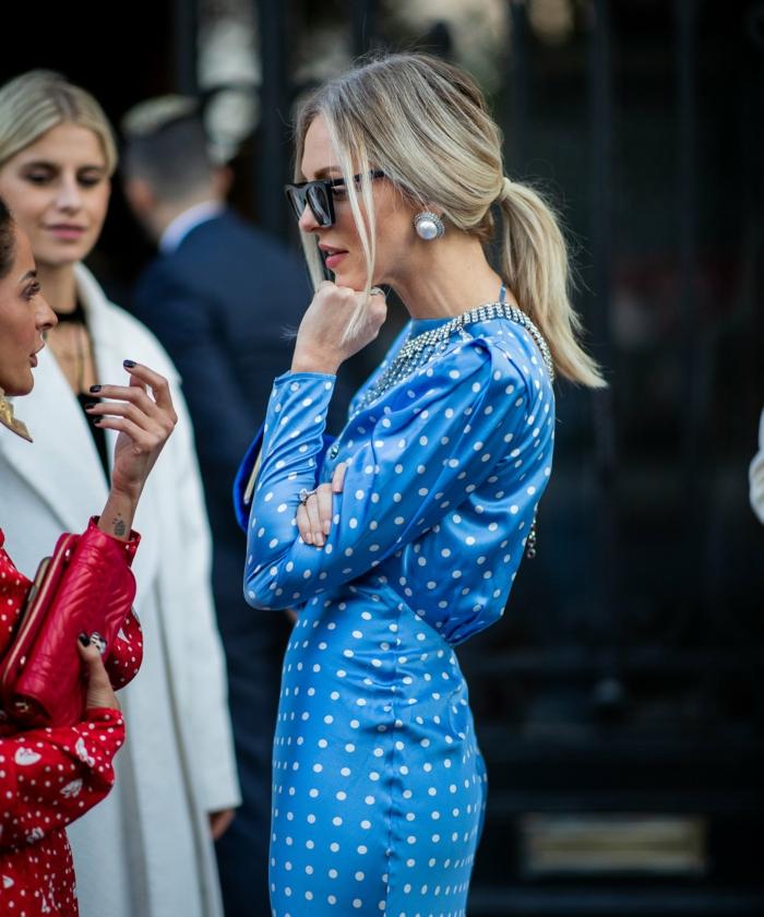elegantes outfit street style inspo langes blaues kleid frisuren 2020 damen mittellang schwarze sonnenbrillen große weiße ohrringe