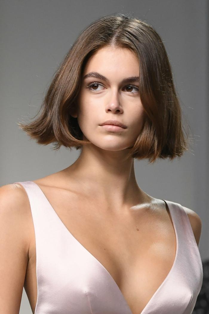 fashion show givenchy kaia gerber frisuren kurz braune haare kurzhaarschnitt elegantes kleid