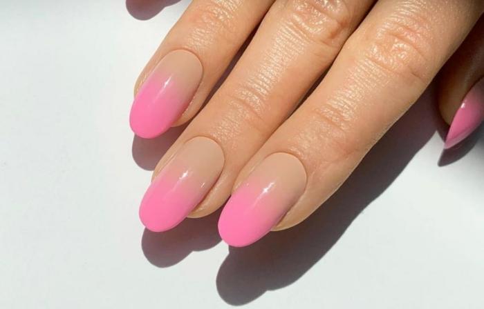 fließende farben pink beige nagellack inspiration gelnägel selber machen schöne maniküre ideen