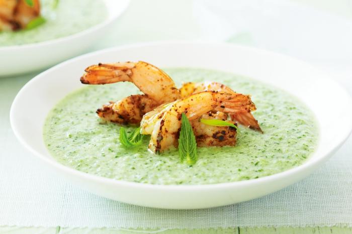 frische petersilien blättern eine grüne suppe mit garnelen gesunde rezepte