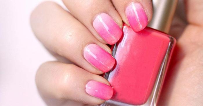 gelnägel rosa diy schritt für schritt anleitung ombre look maniküre hand hält pinken nagellack