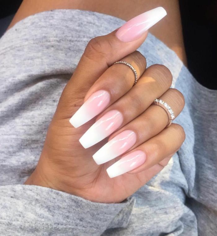 gelnägel rosa weiß verlauf minimalistische ringe am ringfinger und zeigefinger graues kleid schöne maniküre inspo