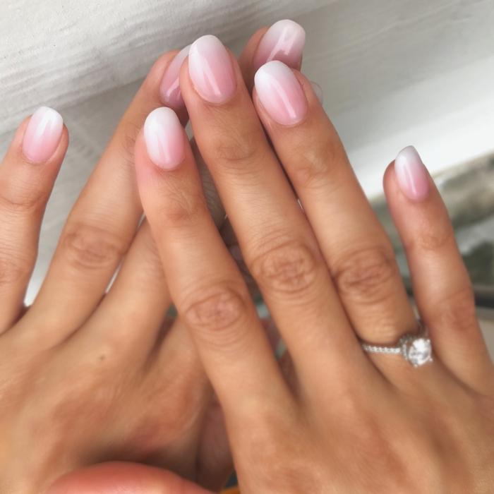 gelnägel rosa weiß verlobunsgring ringfinger hochzeit maniküre inspiration klassische ombre nägel