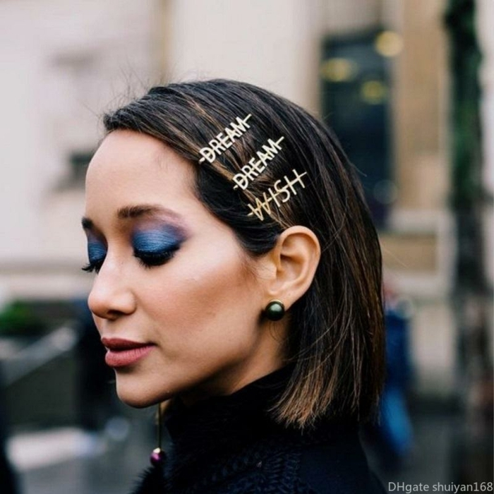 geschmincktes gesicht blauer lindschatten frisuren kurz dunkelbraune haare accessoires haarspangen mit wörtern