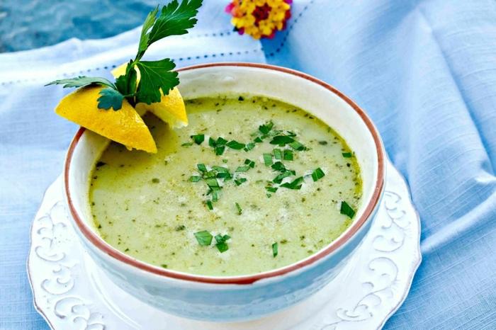 geschnittene zitrone frische petersilien blätter eine grüne suppe mit petersilienwürzeln und kartoffeln