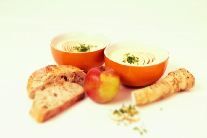 geschnittener meerrettich zwei schüssel mit suppe mit apfelspalten und frischer petersilie