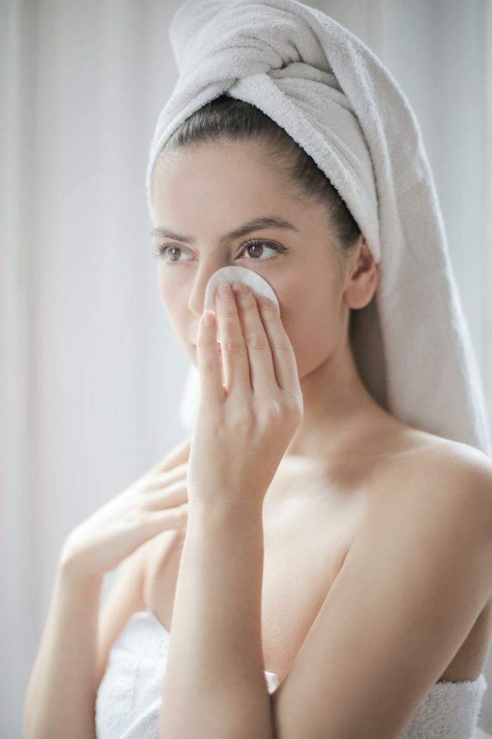 gesicht reinigen massage auf dem gesicht machen jade roller gesichtsmassage essenza nobile de frau wäscht das gesicht