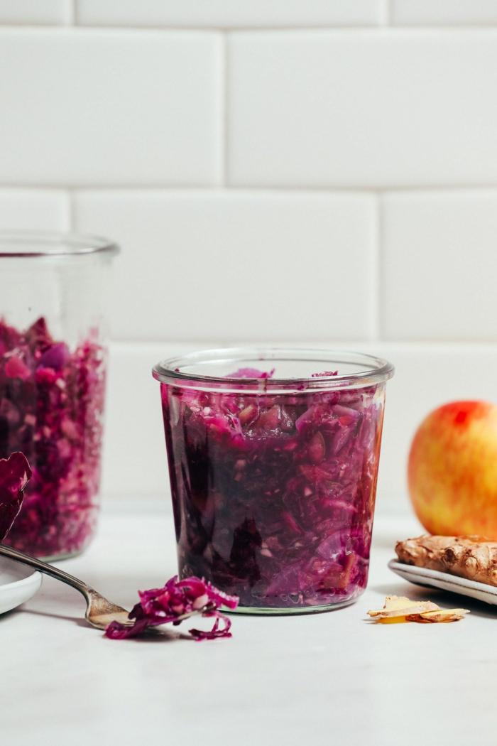 gesunde ernährung sauerkraut rezept traditionell einmachglas mit kraut gesundes essen zubereiten küche weiße fliesen