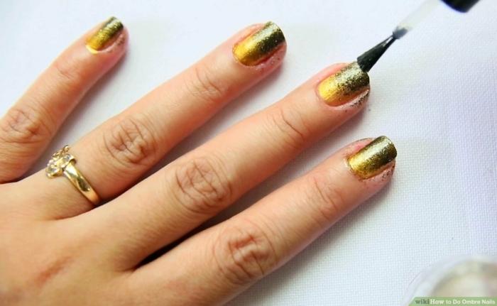 glitter ombre nails gelber und dunkel grüner nagellack ausgefallene maniküre inspiration goldener ring am ringfinger