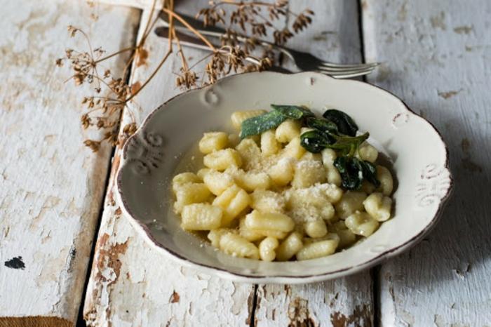 gnocchi einfrieren rezepte mit gnocchi gnocchi mit butter und salbei schnell und einfach gnocchi kochen teller weiß