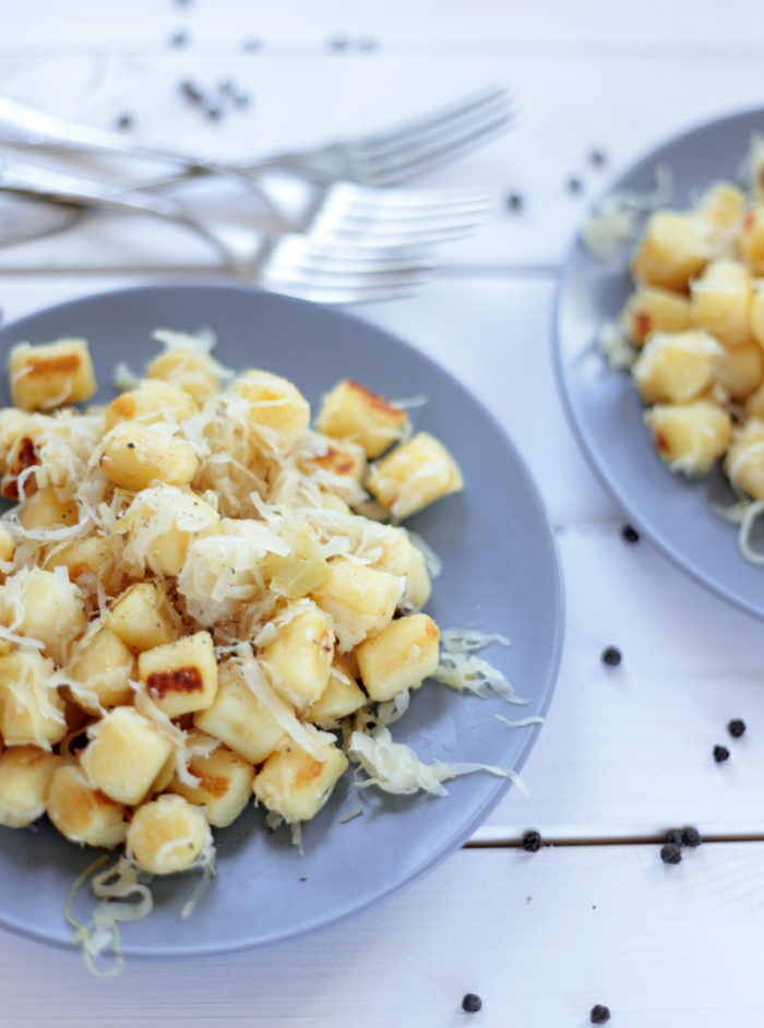 gnocchi gerichte abendessen ideen sauerkraut rezept klassisch leckere rezepte graue teller weißer tisch