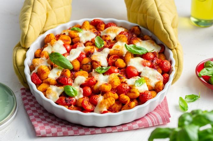 gnocchi gerichte original italienische gnocchi selber machen gnocchi alla caprese cherrytomaten kartoffel gnocchi basilikum backen
