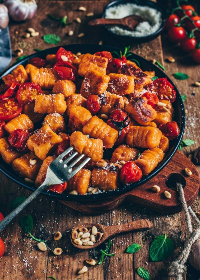 gnocchi gerichte rezept gnocchi selbstgemacht gebacken pfanne vegane gnocchi aus süßkartoffeln kirschtomaten knoblauch basilikum