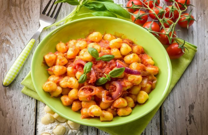 gnocchi gerichte vegan gnocchi glutenfrei gnocchi zutaten gnocchi selbstmachen zwiebel hackfleisch soße basolikum grüne teller