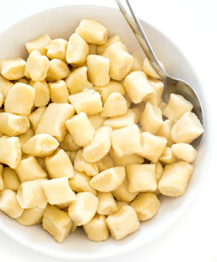 gnocchi italienisch gnocchi teig selber machen gnocchi grundrezept in weißer schüssel geben