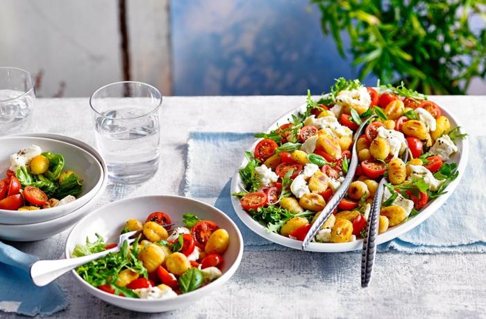 gnocchi selber machen mit greiß gnocchi gerichte salat gnocchi mittomaten grünsalat basilikum
